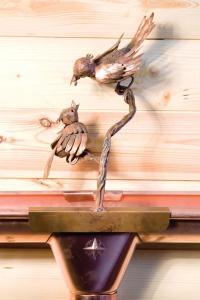 Птица с птенцом (на желоб)